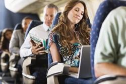 Чем заняться в самолете во время долгого перелета: идеи и советы от заядлых путешественников